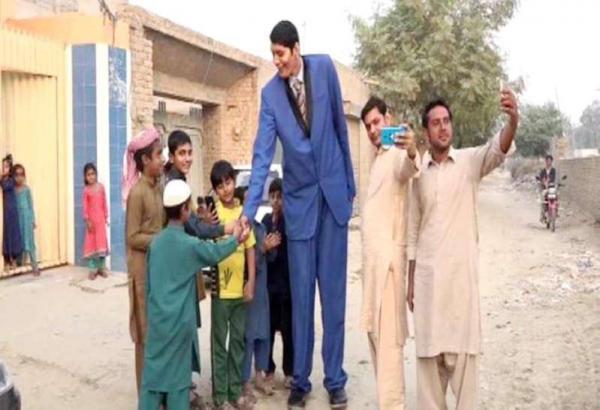 أطول رجل يفشل في العثور على زوجة