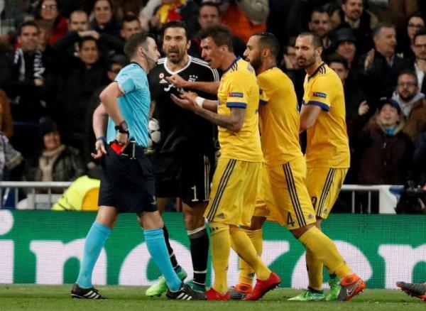 الاتحاد الأوروبي لكرة القدم يدين الإساءة للحكم أوليفر وزوجته