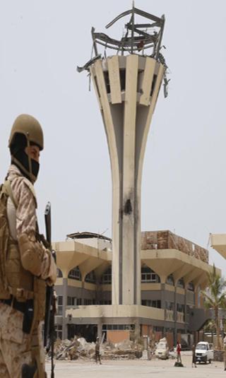 شحنة أسلحة جديدة إلى مطار عدن الدولي