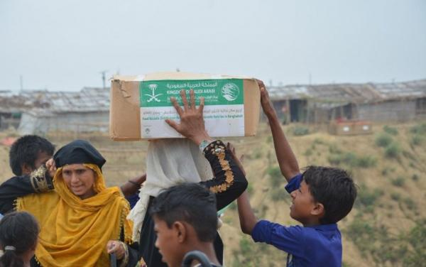 مركز الملك سلمان يواصل توزيع سلل غذائية ووجبات إفطار في عدد من المحافظات