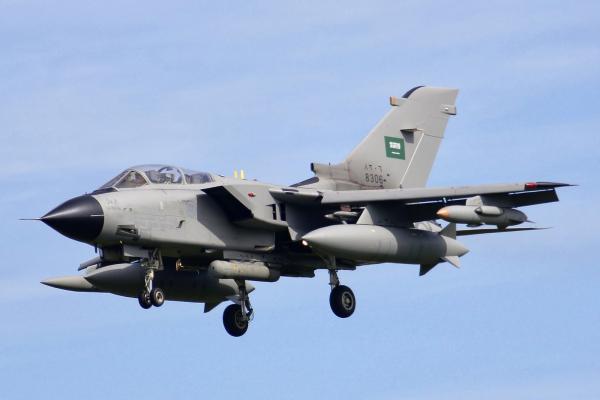 طيران التحالف يدمر منصة إطلاق صواريخ وعربة تقل عناصر حوثية بعبس حجة