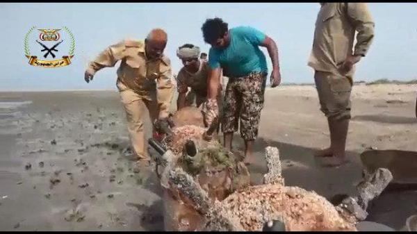 المقاومة المشتركة تتخلص من ألغام بحرية خلفتها مليشيا الحوثي في سواحل الحديدة (فيديو)
