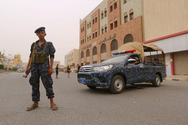 مليشيا الحوثي تقوم بحملة اعتقالات ومداهمات لمنازل &#34المهمشين&#34 في الحديدة لإجبارهم على القتال معها