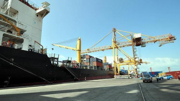 مليشيا الحوثي باشرت حملة نهب للحاويات في ميناء الحديدة وما تحتويه وشحنة سيارات