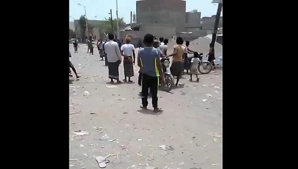 أبناء الحديدة يحتشدون أمام أحد مدافع الحوثي