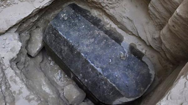 الغارديان: علماء الآثار يستعدون لفتح تابوت حجري ضخم اكتشف في مصر