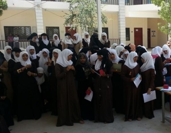 طالبة تصفع مرافق مشرف حوثي وزملاؤها ينتفضون ويغادرون المركز الامتحاني بكسمة ريمة