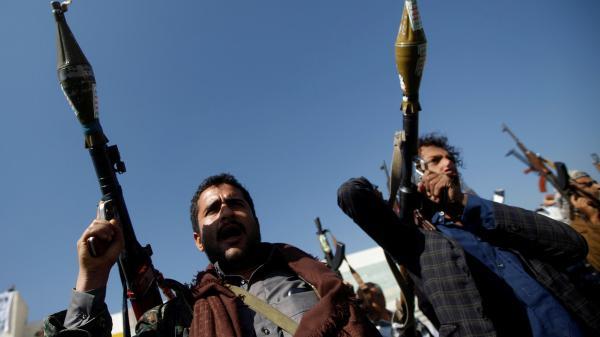 اختطفت نجله ومدير مكتبه.. مليشيا الحوثي تقتحم منزل برلماني وتنهب محتوياته بصنعاء
