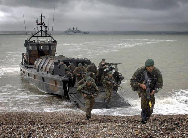 بريطانيا تحرك قوات خاصة إلى مضيق باب المندب لمواجهة أي هجوم حوثي يستهدف الملاحة