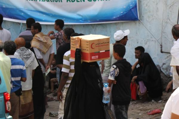بدعم من هلال الإمارات.. توزيع 400 سلة غذائية للأسر الأشد فقراً والمتعففة بعدن