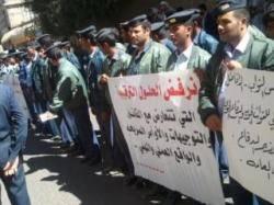 مواجهات بين محتجين خريجي معهد القوات الجوية وحراسة الجند