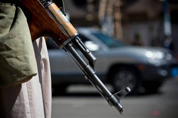 عصابات مسلحة في إب تسطو على البضائع من شاحنات النقل