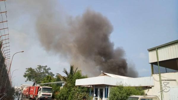 المليشيات الحوثية تقصف مجدداً مجمع إخوان ثابت الصناعي داخل الحديدة وتتسبب بحريق هائل