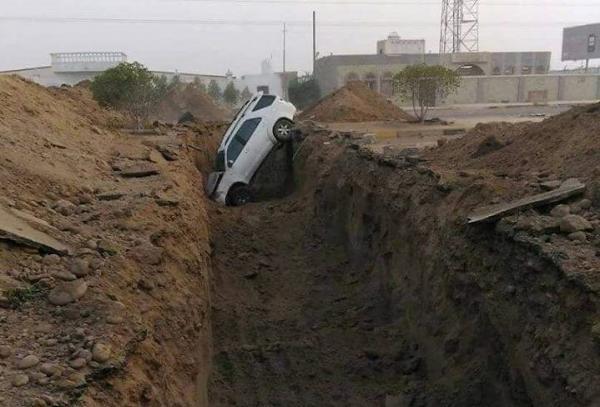 حوادث مرورية وإصابات تسببتها خنادق مليشيا الحوثي في شوارع مدينة الحديدة