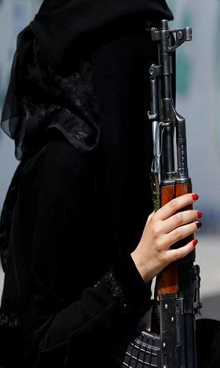 """مليشيا الحوثي تجنّد فتيات للإيقاع بناشطين وإعلاميين وسياسيين مُحاكاة لـ""""الموساد"""""""