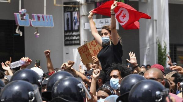 بعد قرارات الرئيس سعيّد.. احتفالات في تونس وحرق مقار النهضة والجيش يطوق البرلمان