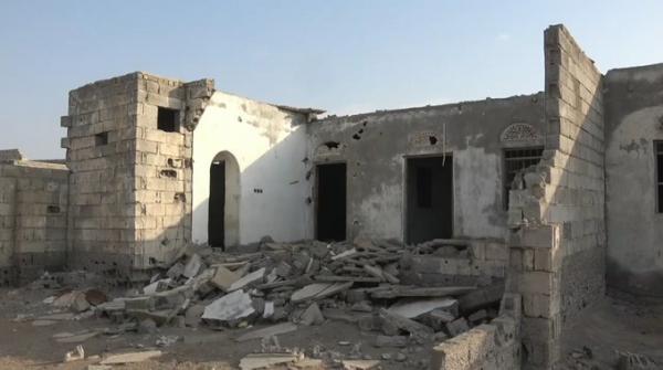 قصف حوثي يتسبب بتدمير عدد من منازل المواطنين في حي منظر جنوب الحديدة (فيديو)